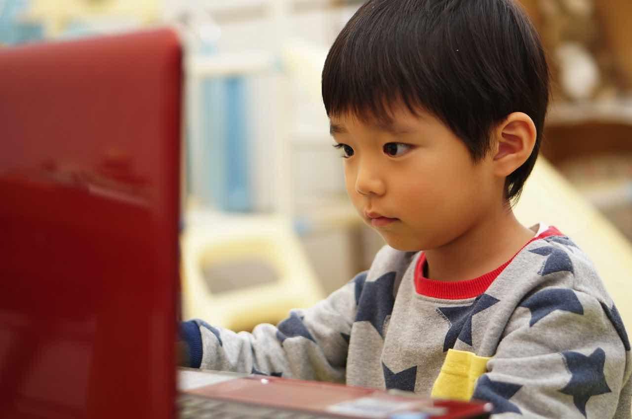 オンライン授業,パソコン,ノートパソコン,スマホ,ZOOM